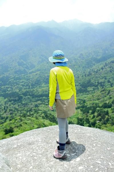 屋久島白谷雲水峡太鼓岩で覗きこむ