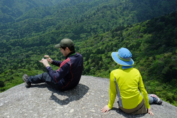 屋久島白谷雲水峡太鼓岩で休憩