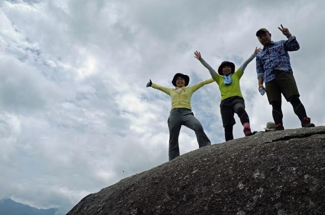 屋久島白谷雲水峡太鼓岩でバンザイ