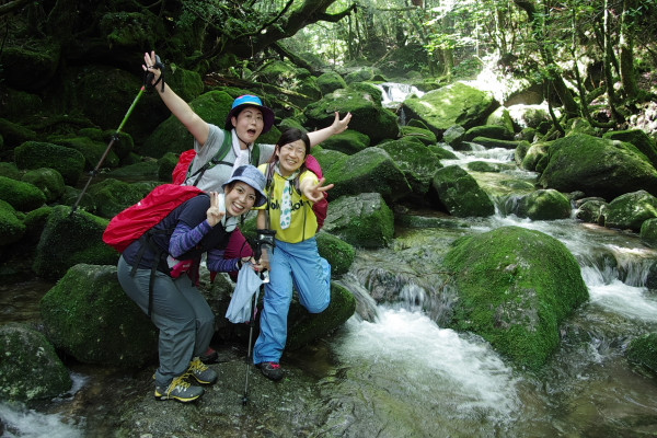 屋久島白谷雲水峡の渓谷で記念撮影