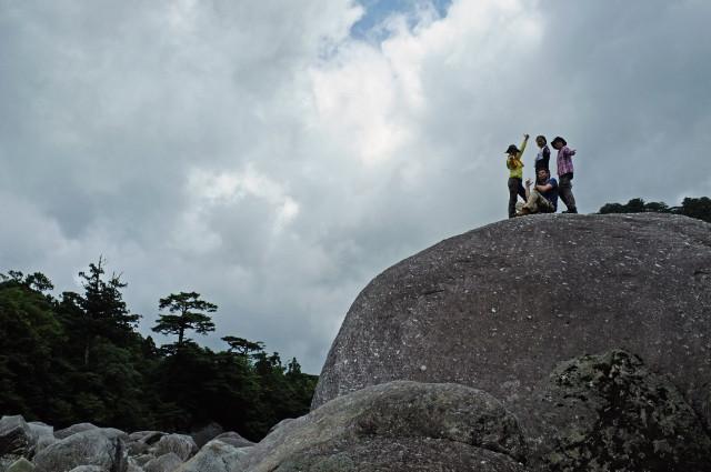 縄文杉ルートの巨岩の上にて