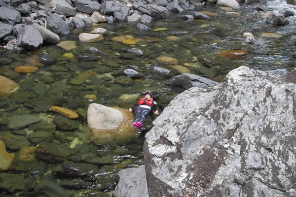 屋久島安房川にてプカプカ水遊び