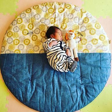 生後10日のお昼寝です。 高岡屋さんのせんべい座布団は長男が0歳の時から使っています。 2人の成長とともに愛着がどんどんわいてきます。子供に添い寝して一緒に昼寝しています。