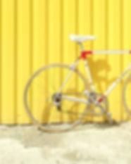 Vélo contre un mur jaune