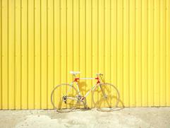 Bicicleta de encontro a uma parede amare