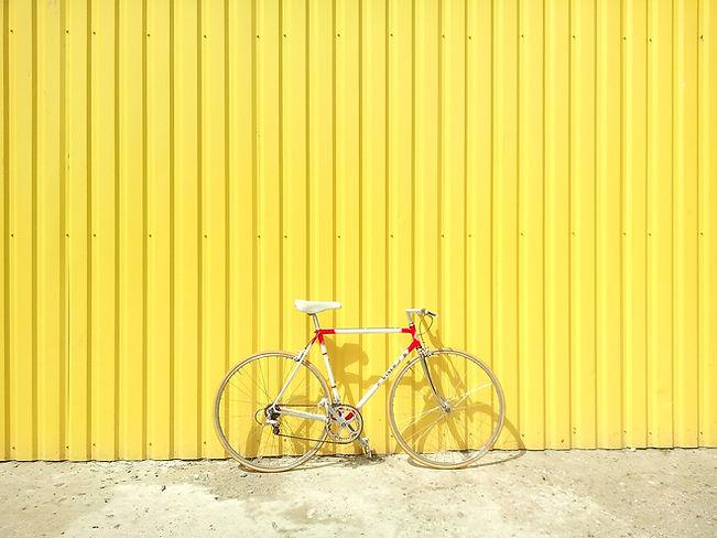 Fahrrad gegen eine gelbe Wand