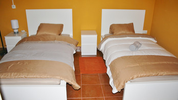 Orange room (3 single beds)