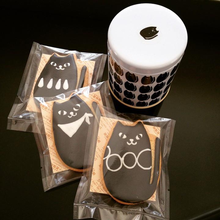 Facebook - リカラボのクロネコたちが アイシングクッキーになって届きました♡ このままCardにしたいくらいの 完成度です。  製作は東御市の菓子工房