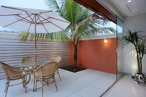Varanda com jardim integrada a sala de jantar - Decora Arquitetura