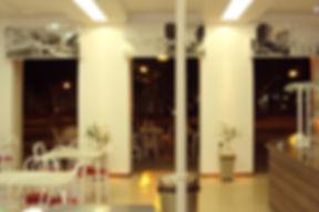 Interior sorveteria Bicota de noite - Decora Arquitetura
