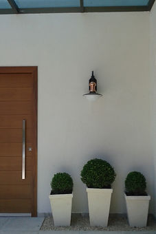 Porta entrada madeira pivotante residência LHR - Decora Arquitetura