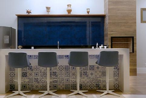 Balcão/ ilha com azulejo português cozinha gourmet residência LHR - Decora Arquitetura