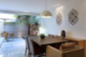 Sala de jantar com varanda ao fundo - Decora Arquitetura