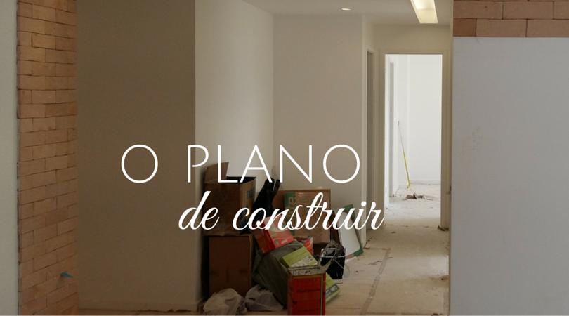 Uma sala em reforma, com piso protegido e material de obra em um canto ilustra o planejamento ao longo de uma obra.