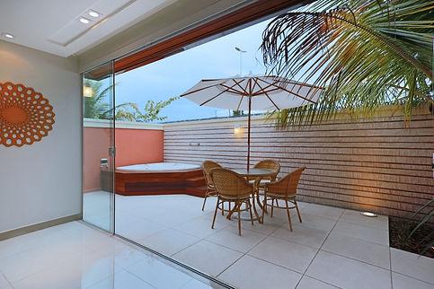 Varanda com spa integrada a sala de jantar - Decora Arquitetura