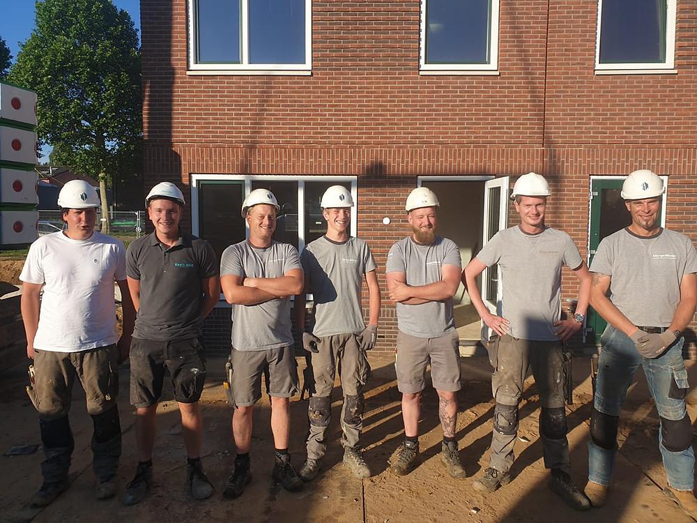 Maandagochtend 17 juni 2019, Robin Seppenwoolde (derde van rechts) en zijn montageteam bij de start van de assemblage van de 1500e MorgenWonen-woning in Geleen.