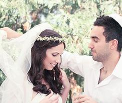 כלה מאופרת וחתן בחופה