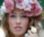 אישה עם זר פרחים לראש