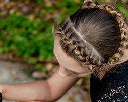 אישה עם שיער אסוף בצמות