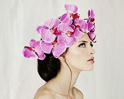 אישה בתסרוקת בשילוב זר פרחים לראש