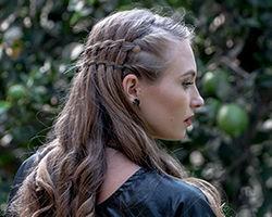 אישה עם שיער פזור בשילוב צמות