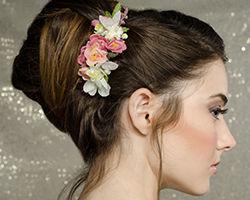 אישה בתסרוקת בשילוב מסרקית עם פרחים