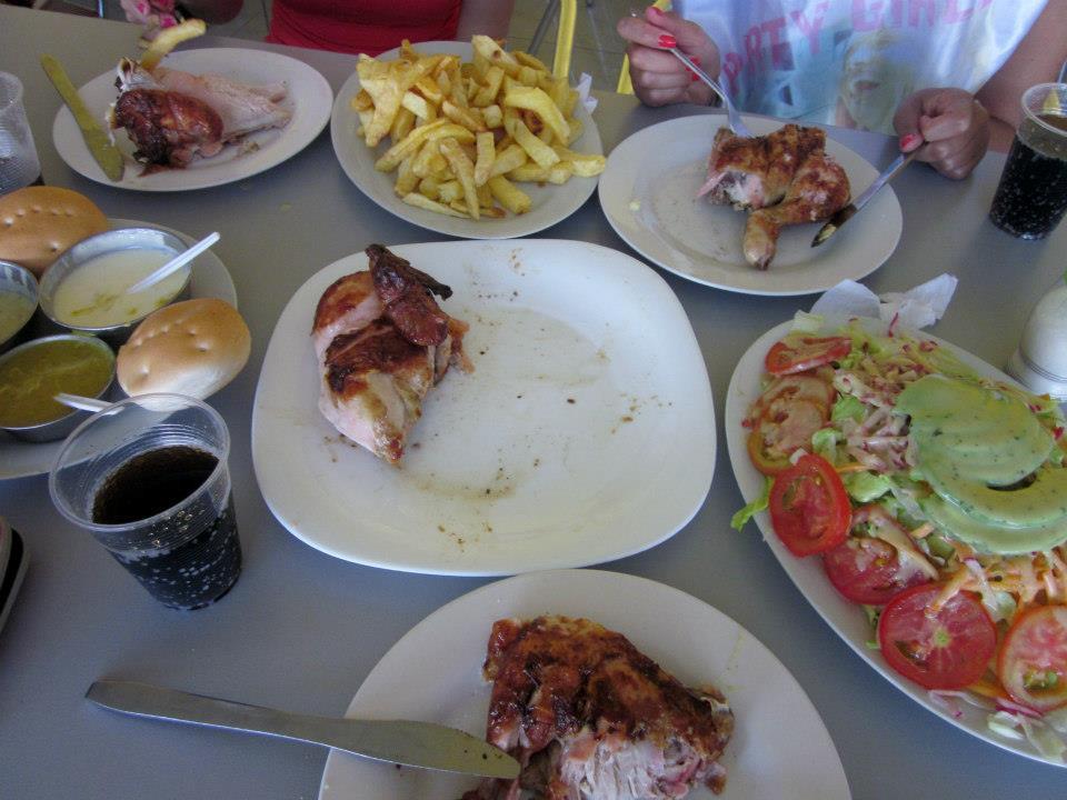 Almoçando pollo em Arica