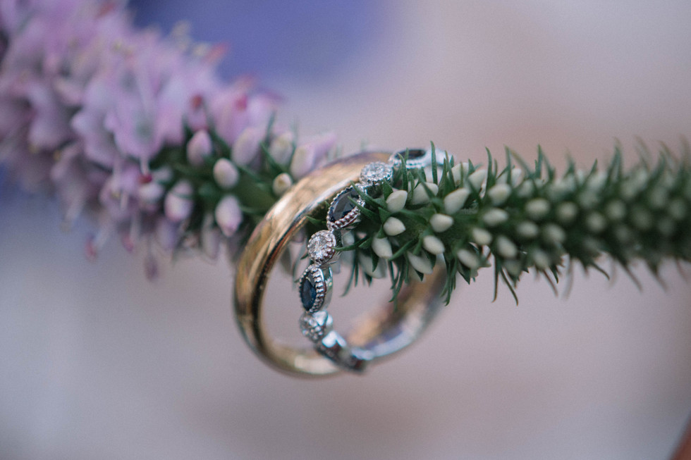 boda-organica-en-el-cielo-flores-vestido-de-novia-vestido-de-flores-catalina-bayona-boda-catolica-said-moda-matrimonio-calera-decoracion-eventos-anillos