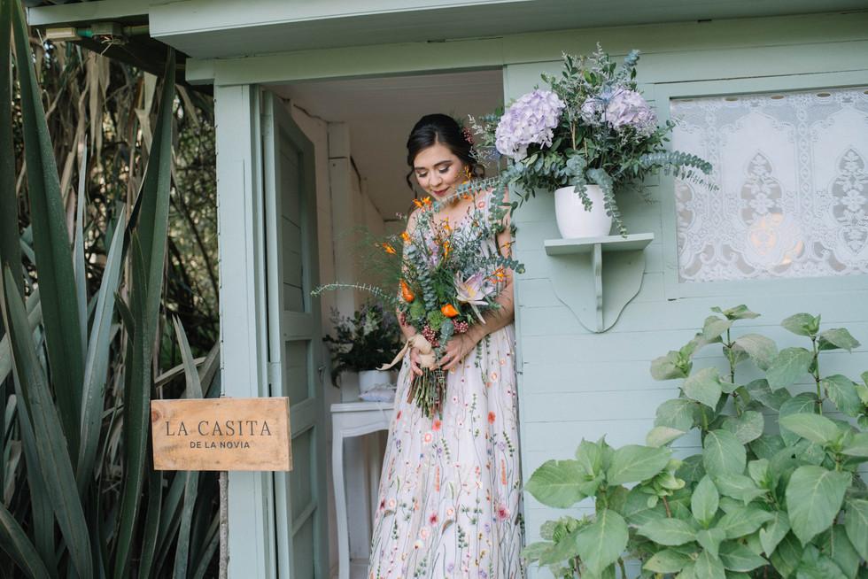 boda-organica-en-el-cielo-flores-vestido-de-novia-vestido-de-flores-catalina-bayona-boda-catolica-said-moda-matrimonio-calera-ramo-bouquet