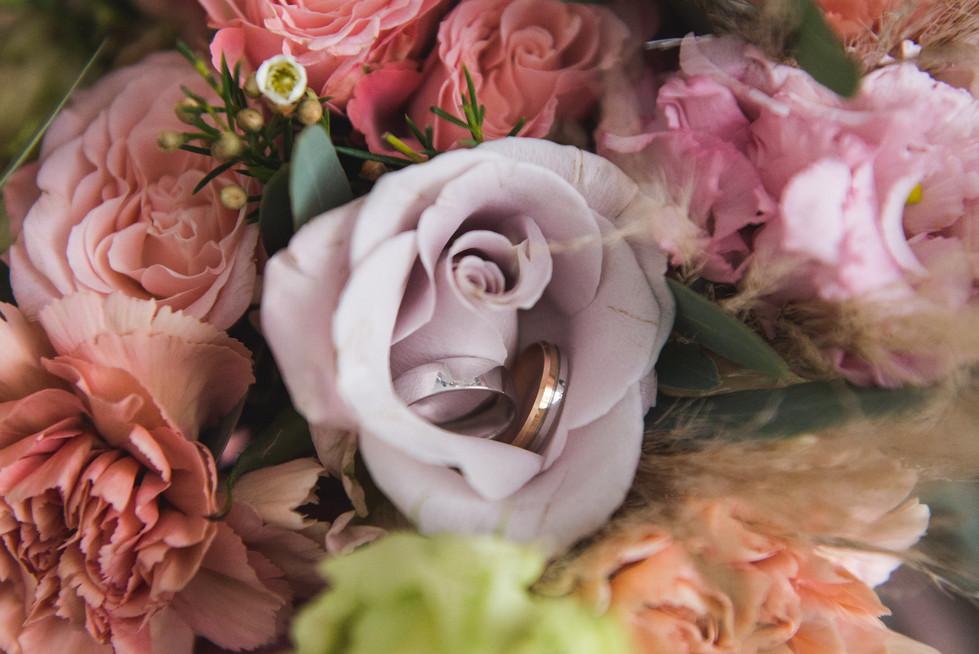 Wedding-rings-in-bouquet-577266.jpg