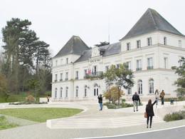 Parvis de l'Hôtel de Ville et son parc