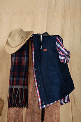 Sombrero Australiano Nobuk - Camisa Lamarque - Chaleco Mitre - Bufanda Ivan