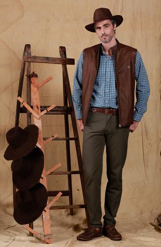 Sombrero Australiano Cuero Engrasado - Camisa Esquel - Chaleco Lavalle - Pantalon Choele Choel - Zapato Ambato