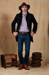 Sombrero Australiano Cuero Engrasado - Camisa Esquel - Saco Javier - Cinturon Mabaruma - Jean Posadas Clásico