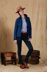 Ella: Sombrero Pampa Ala 8 cm Color Piedra - Ella: Camisa Clorinda - Campera Calingasta - Borcego Marisol.