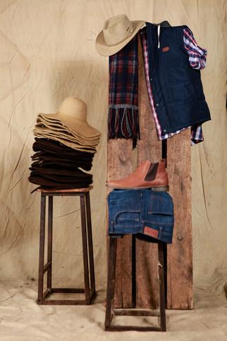 Sombrero Australiano Nobuk - Camisa Lamarque - Chaleco Mitre - Bufanda Ivan - Jean Posadas Clásico