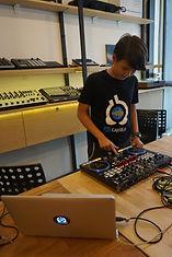 บรรยากาศห้องเรียนหลักสูตรดีเจโปรดิวเซอร์ อินเอียบีท เรียนทำเพลงเป็นกลุ่มเพื่อให้ผู้เรียนได้มีโอกาส ได้ฟังเพลงของผู้เรียนคนอื่นๆด้วย