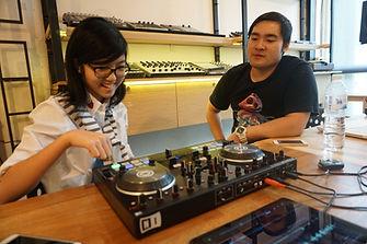 ห้องเรียนที่ถูกออกแบบมาสำหรับดีเจ เพื่อใช้ในการทำเพลงดนตรีอิเล็กทรอนิกส์ โดยเฉพาะ มีอุปกรณ์รุ่นใหม่ล่าสุดให้ผู้เรียนได้ใช้งานกัน เรียนทำเพลงในหลักสูตร ดีเจโปรดิวเซอร์