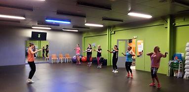 La Zumba est un programme d'entraînement physique complet, alliant tous les éléments de la remise en forme: cardio et préparation musculaire, équilibre et flexibilité,source d'énergie etde bien-être après chaque session.  Les chorégraphies associent principalement des danses latinesà une séance d'exercicesdynamiques et efficaces.02_194448_001.jpg