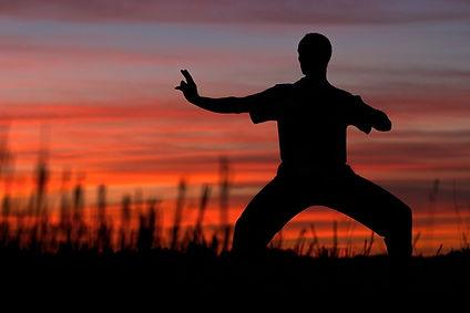 Une synthèse de mouvements, de respiration et de méditation, le QI GONG favorise une attitude d'effort personnel de prévention.