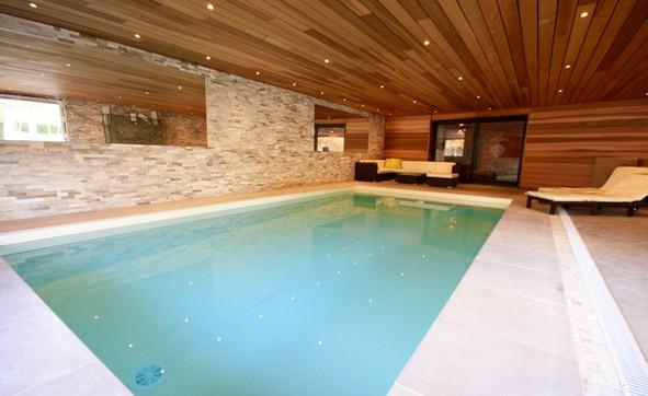 Das Schwimmbad mit Ausgang zur Terrasse