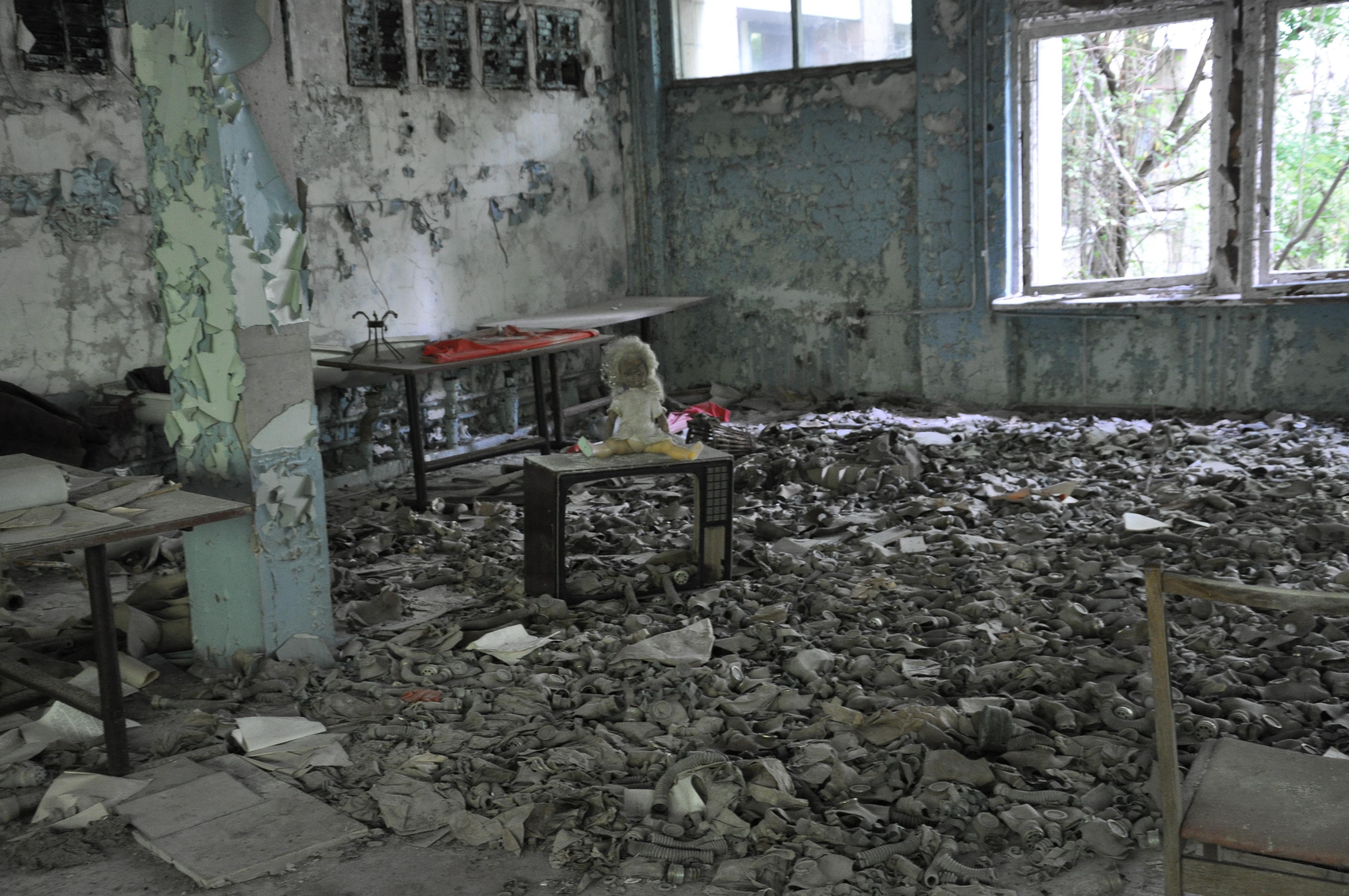 Школа в Чернобыле противогазы.JPG