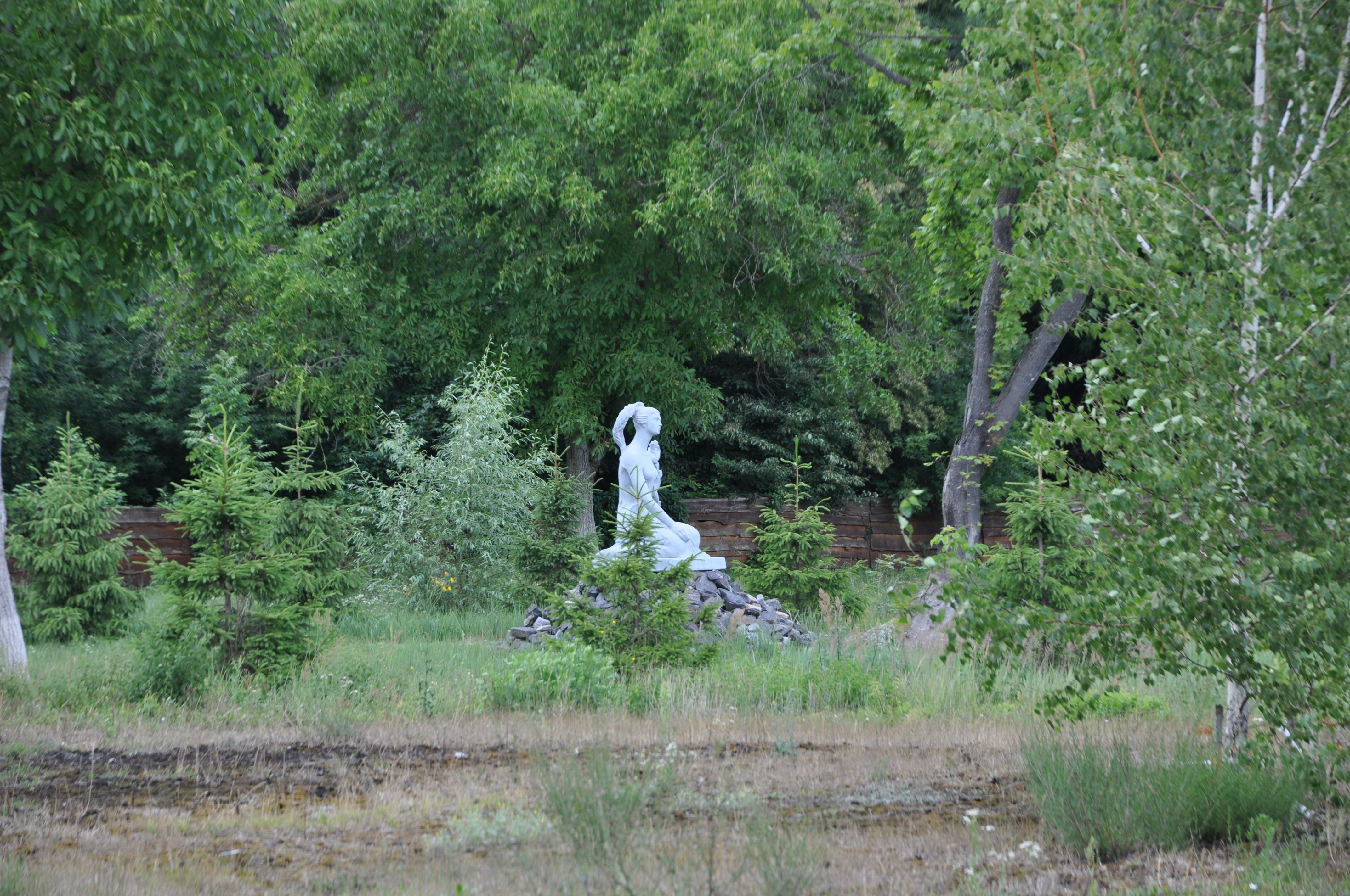 Статуя возле аллеи мертвых сел.JPG