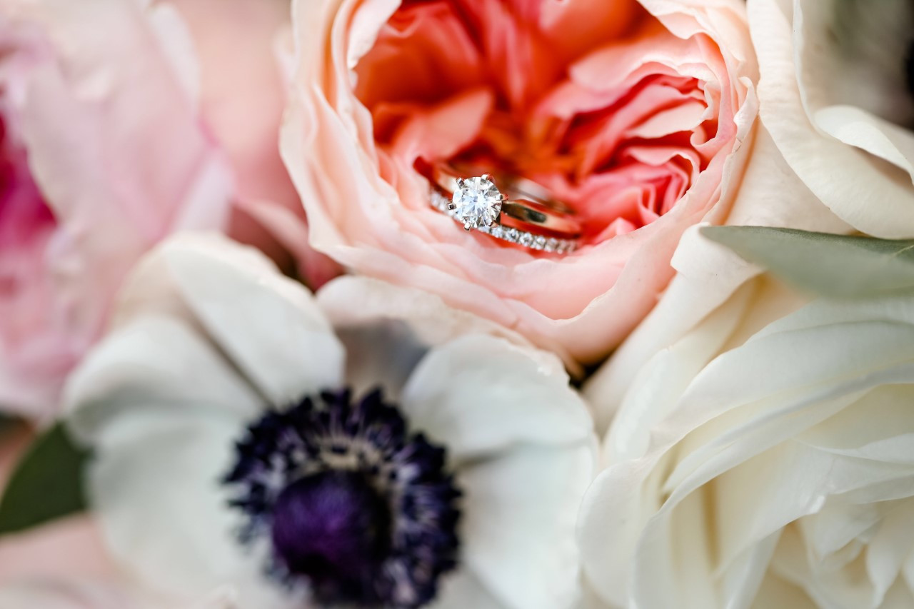 Bridal bouquet with wedding rings