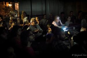 Pubblico che guarda foto proiettate.jpg