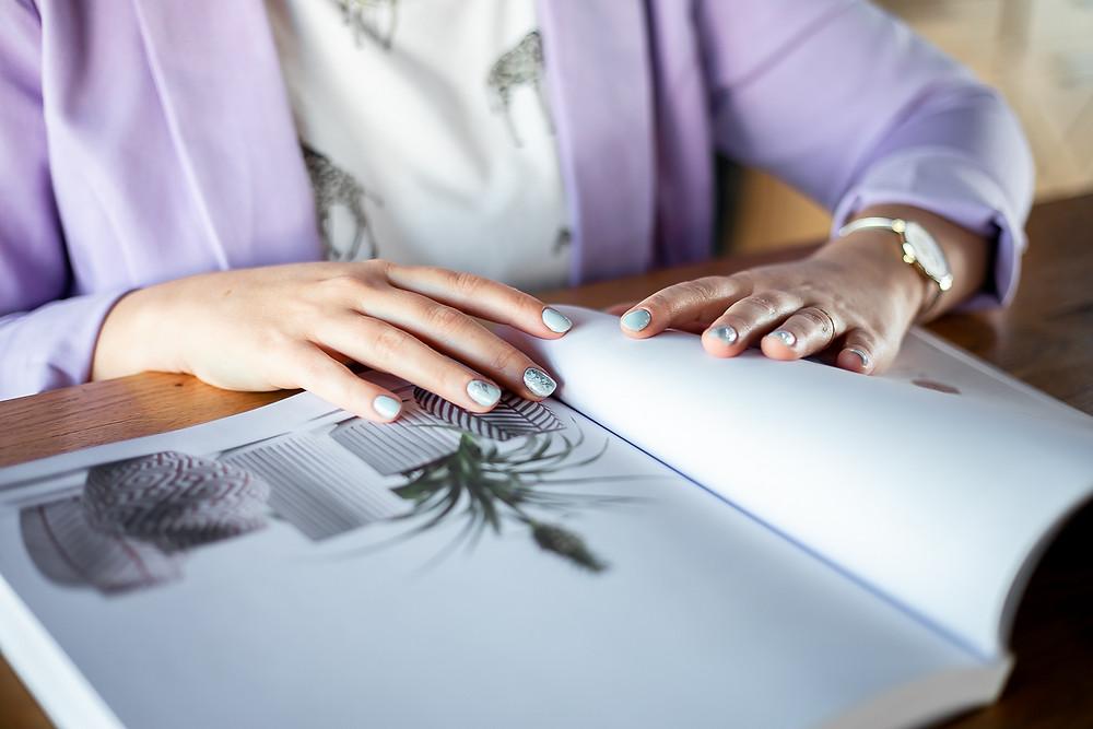 יד מדפדפת בספר מעוצב