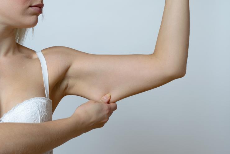 wisząca skóra ramion