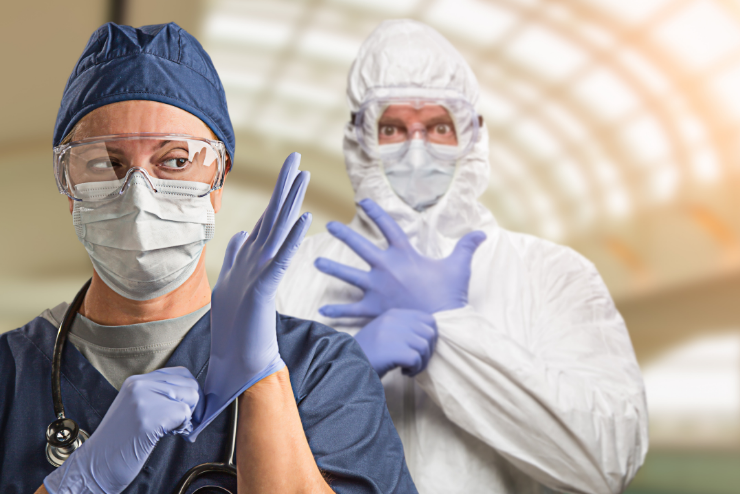 lekarze w strojach ochronnych