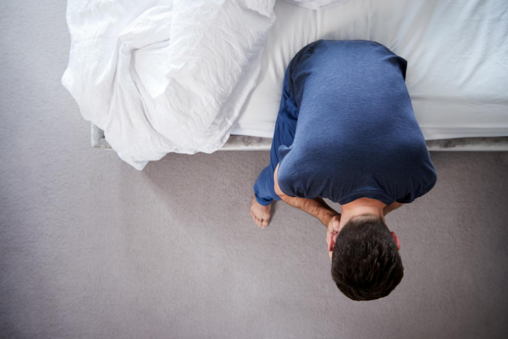 człowiek na łóżku