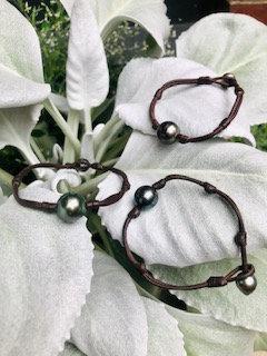 Single black pearl bracelet